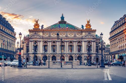 Fototapeta premium Opera Francuska w Paryżu, Francja. Sceniczna linia horyzontu przeciw zmierzchu niebu. Tło podróży.