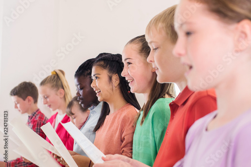 Tableau sur Toile Group Of School Children Singing In Choir Together