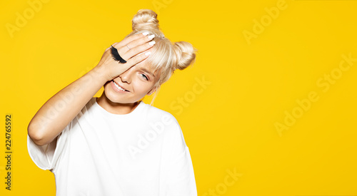 Fotografia Portrait of cheerful blonde hipster girl going crazy and smiling