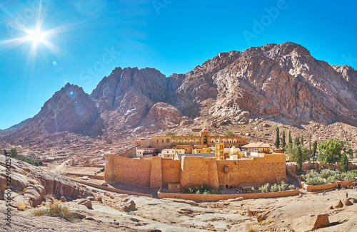 Photo Panorama of St Catherine monastery and rocky mountain range, Sinai, Egypt