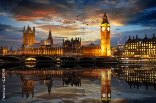 Pałac Westminsterski z wieżą Big Bena na Tamizie wieczorem w Londynie, Wielka Brytania