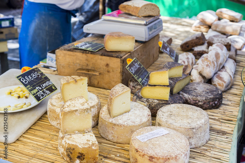 Cuadros en Lienzo Rustic table of French cheeses at a market in Arles, Provence, France