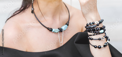 Fotografia Beautiful girl with set of bijouterie bracelet and handmade jewelry necklace and