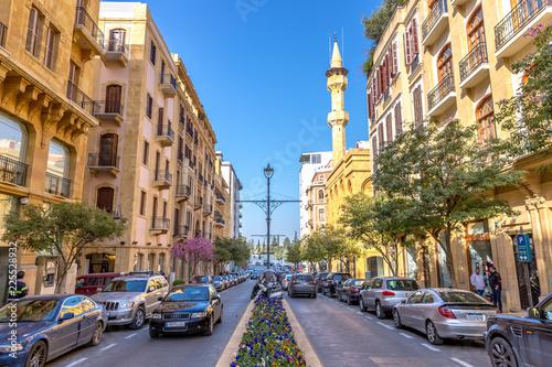 Fototapeta premium Bejrut, Liban - 5 lutego 2018 r. - Niesamowity, bardzo nowoczesny obszar w centrum Bejrutu, samochody, kwiaty, meczet w tle, francuski projekt w Bejrucie, Liban