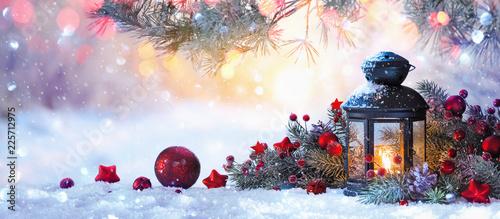 Boże Narodzenie latarnia na śniegu z gałęzi jodły w słońcu. Zimowe tło dekoracji