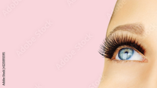 Fotografiet Female eye with extreme long false eyelashes and black liner