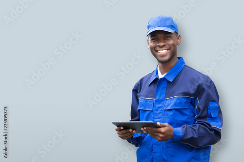 Photo Young African Electrician Holding Mobile Phone