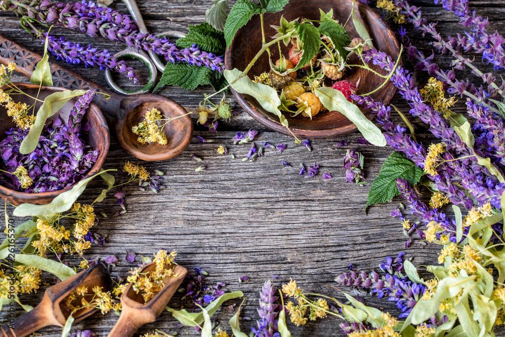 pachnące zioła szałwia, kwiat lipy na podłoże drewniane <span>plik: #226165370   autor: Наталья Майорова</span>