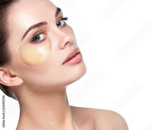Fotografia face with eye patches moisturizing skin under the eyes