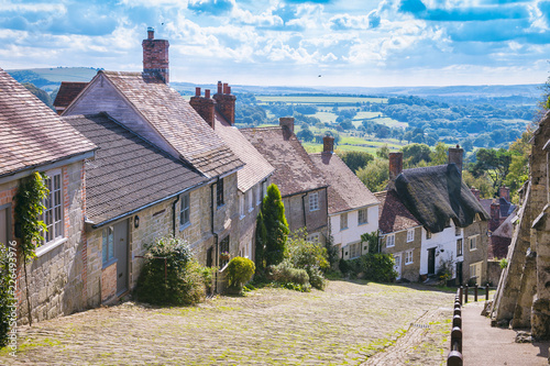 Scenic English countryside view from Gold Hill, in the traditional hillside vill Fototapete