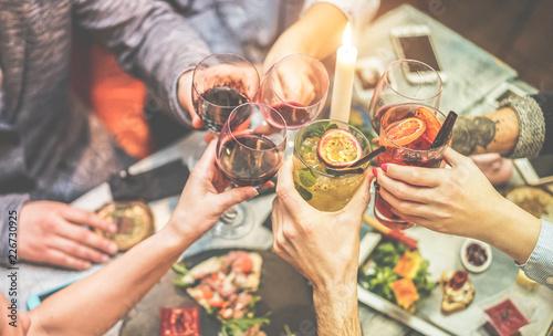 Photo Group of trendy friends enjoying appetizer in american bar