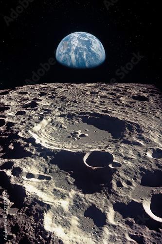 Fotografia Earth rises above lunar horizon