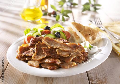 Kebab / Kebab mit Bauernsalat und Fadenbrot