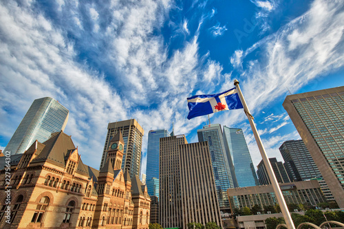 Fotomural Toronto, Canada-March 16, 2018: Toronto City Hall and Nathan Phillips Square at