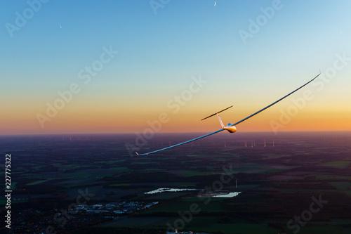 Segelflugzeug im Flug während des Sonnenunterganges