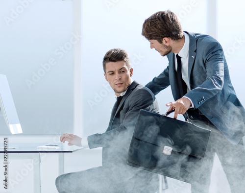 Carta da parati two businessmen during the beginning of the fire