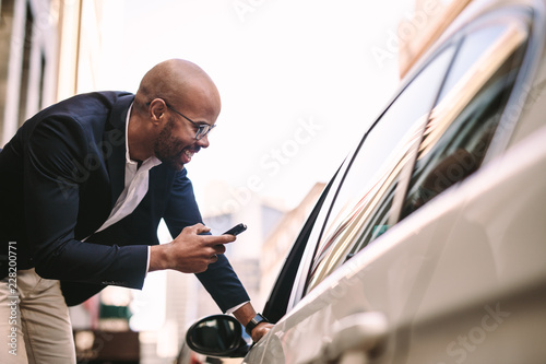 Foto Businessman talking with cab driver on road