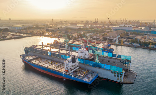 Foto aerial view shipyard have crane machine and container ship during morning time s