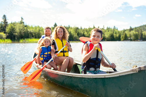 Photographie Family in a Canoe on a Lake having fun