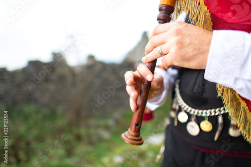 Foto Bagpipe player detail. With traditional dress