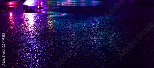 Foto Background of wet asphalt with neon light