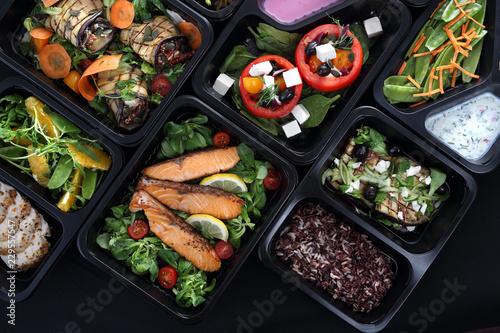 Potrawy obiadowe w pudełkach.