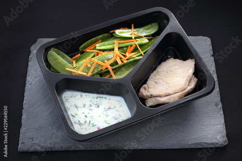 Zbilansowana dieta pudełkowa. Mięso w lekkim sosie z warzywami