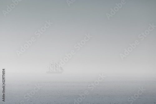 Obraz na płótnie voilier brume pirate mer bateau blanc purée brouillard silhouette navire marin o