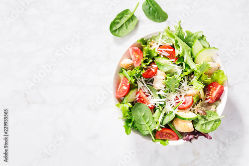 Photo Tasty fresh salad with chicken and vegetables