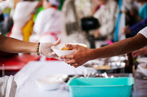 Fotografija Sharing of food from volunteer hands to homeless people : The concept of feeding