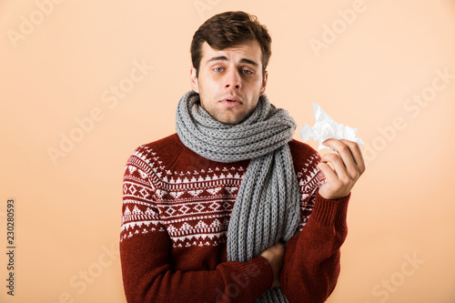 Photo Portrait of a sick young man dressed in sweater