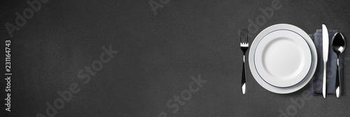Einfaches Tischgedeck auf schwarzem Steintisch - Banner / Hintergrund - Textfreiraum