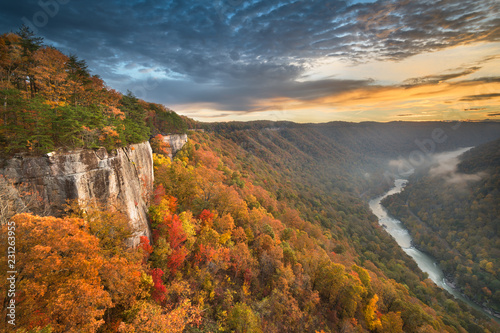 Fotografia New River Gorge, West Virgnia, USA autumn morning lanscape at the Endless Wall