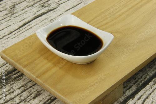Sauce soja sur un plateau en bois