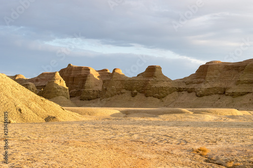 Fotografiet wind erosion landform landscape in sunset