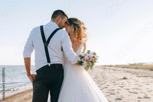 Foto bride and groom on the seashore