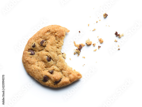 Photo Bitten chocolate chip cookie. Isolated on white background.