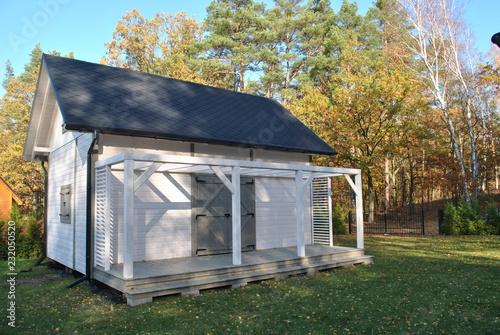 Fototapeta Drewniany domek w ogrodzie