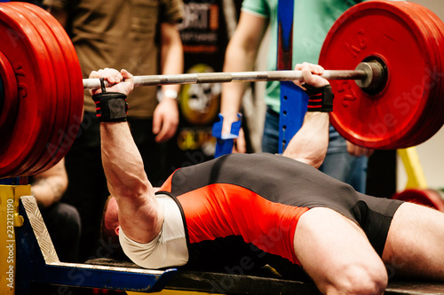 Fotografie, Obraz man performs bench press competition powerlifting
