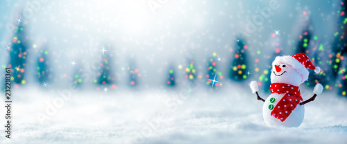 Photo Happy Snowman In Winter Wonderland With Trees Lights And Falling Snow