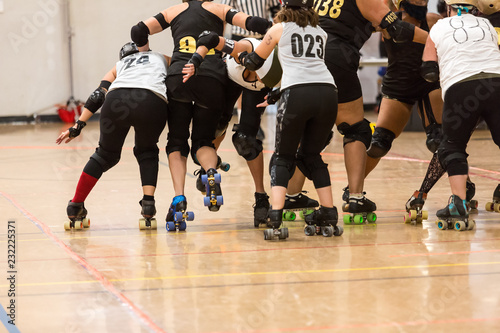 Foto Roller derby players compete against each other