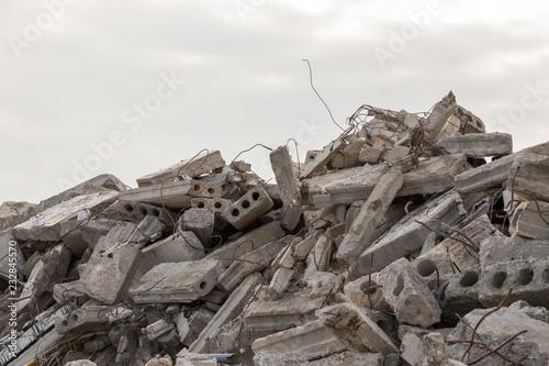 Fotografia destroyed building - concrete and metal debris of a destroyed building - destro