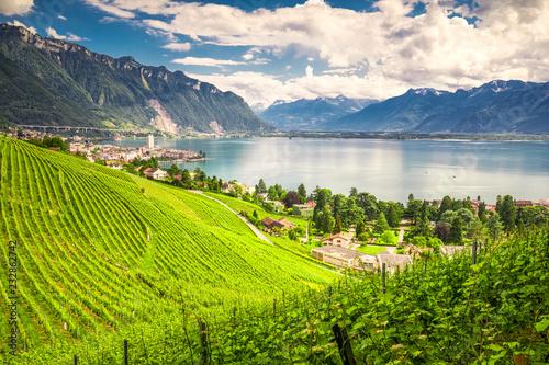 Photo Montreux city with Swiss Alps, lake Geneva and vineyard on Lavaux region, Canton Vaud, Switzerland, Europe