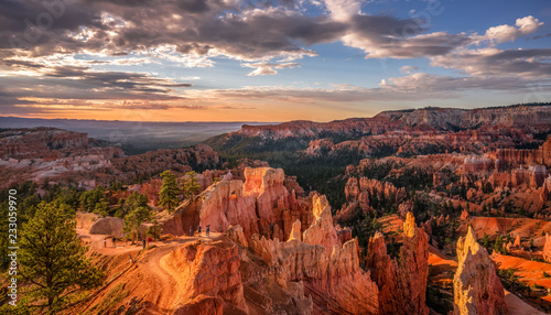 Fotografering Sunrise view of the Navajo Loop Trail from the Bryce Canyon rim