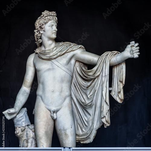 Fototapeta premium Starożytna marmurowa rzeźba Apolla