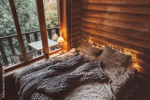 Fotografia Cozy winter weekend in log cabin