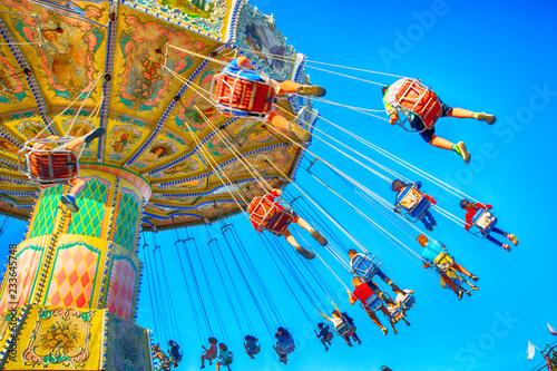 Foto People enjoy an amusement park ride