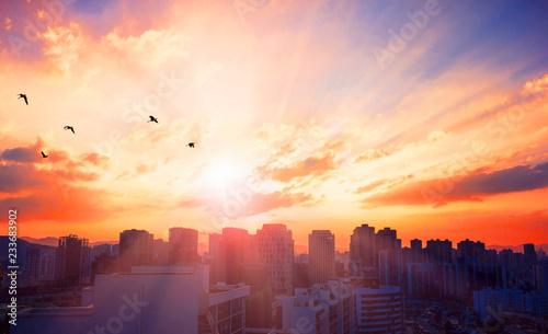 Fototapeta premium Koncepcja światowego dnia miasta: turystyczne miasto na tle zachodu słońca