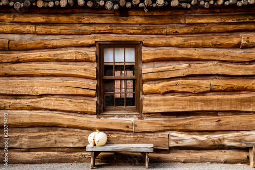 Fotografia Log cabin outside wall with bench