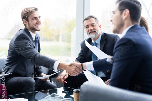 Photographie Business people shaking hands, finishing up a meeting